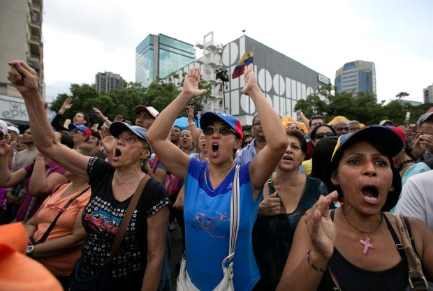 Skandujący tłum podczas kampanii opozycji za odwołaniem prezydenta Wenezueli