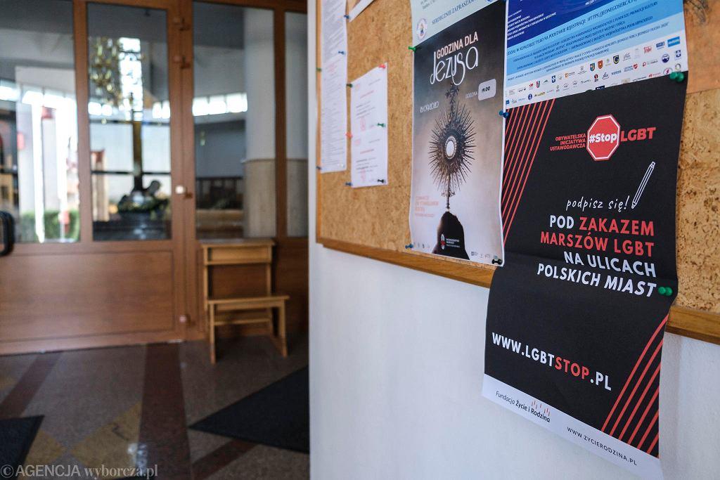 W kościele św. Józefa Sebastiana Pelczara w Rzeszowie przy ul. Lwowskiej w przedsionku wisi plakat 'Podpisz się pod zakazem marszów LGBT na ulicach polskich miast '