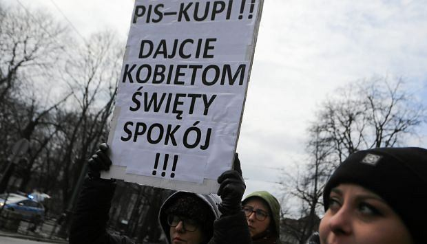 Kraków - protest kobiet pod kurią metropolitalną przeciwko ingerencji Kościoła katolickiego w prawodawstwo dotyczące kobiet