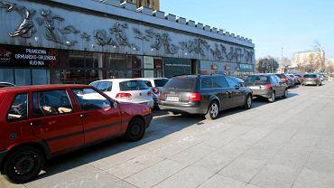 Przy al. Korfantego kierowcy parkują na chodniku. I są bezkarni