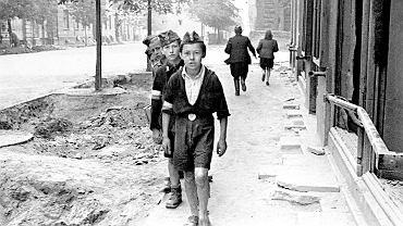 Powstanie warszawskie. Młodzi chłopcy maszerują ul. Sienkiewicza, Warszawa, sierpnien 1944 r.