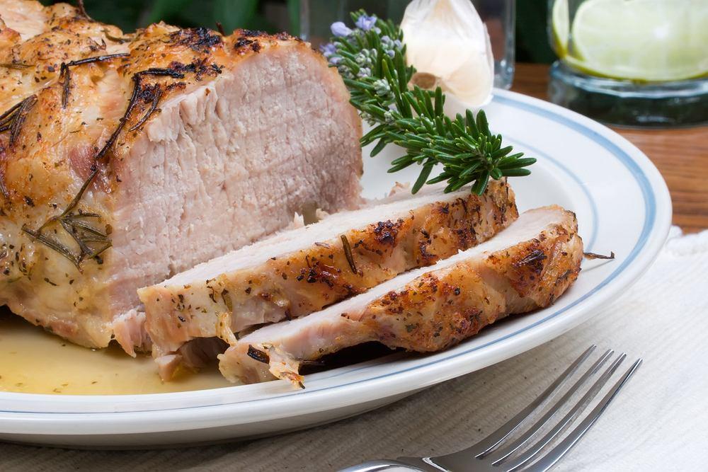 Gotowany schab ma zwykle o wiele więcej smaku i aromatu niż schab pieczony
