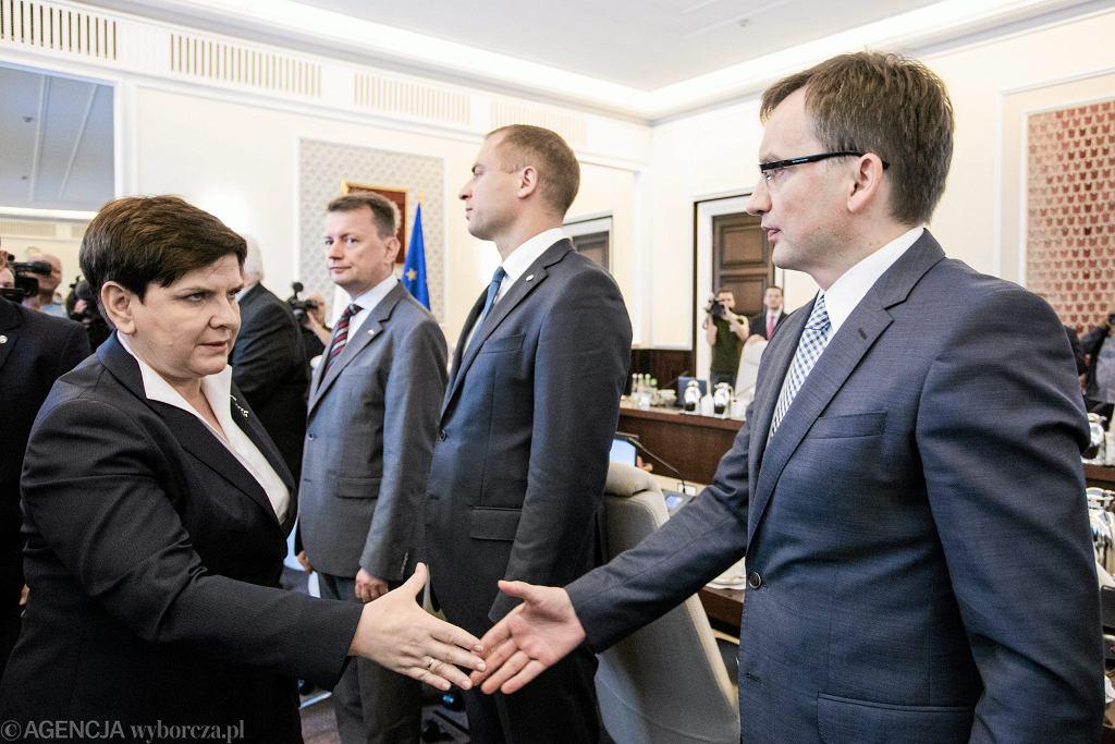 Minister sprawiedliwości w rządzie PiS Zbigniew Ziobro i premier rady ministrów Beata Szydło podczas posiedzenia rządu. Warszawa, 25 lipca 2017