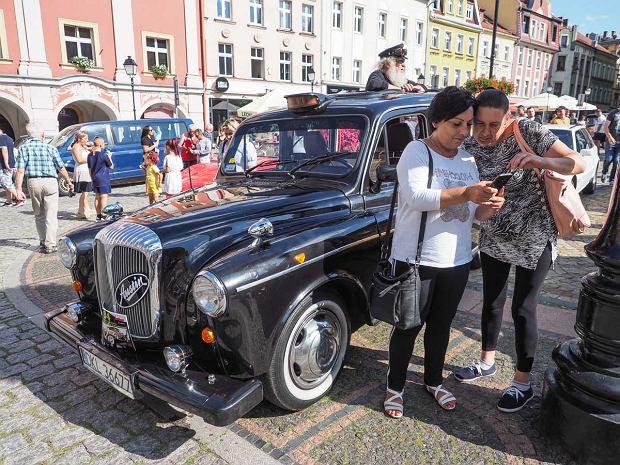 Zdjęcie numer 5 w galerii - Międzynarodowy rajd zabytkowych pojazdów na Rynku w Wałbrzychu. Było co podziwiać [ZDJĘCIA]