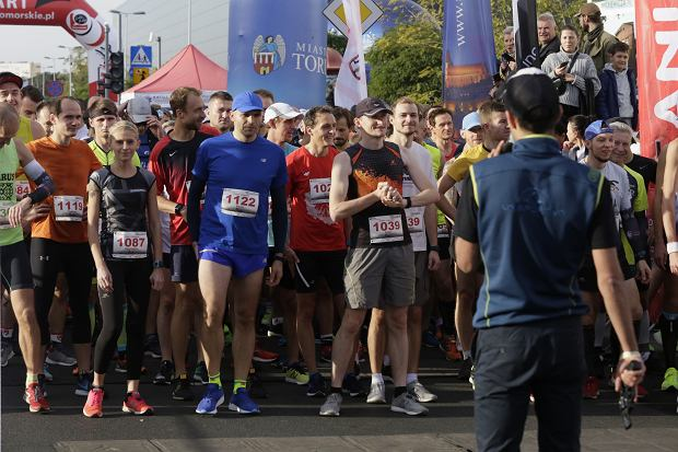 Zdjęcie numer 0 w galerii - Ponad 1200 biegaczy na starcie 37. Toruń Maraton, wygrał Łukasz Oskierko [ZDJĘCIA]