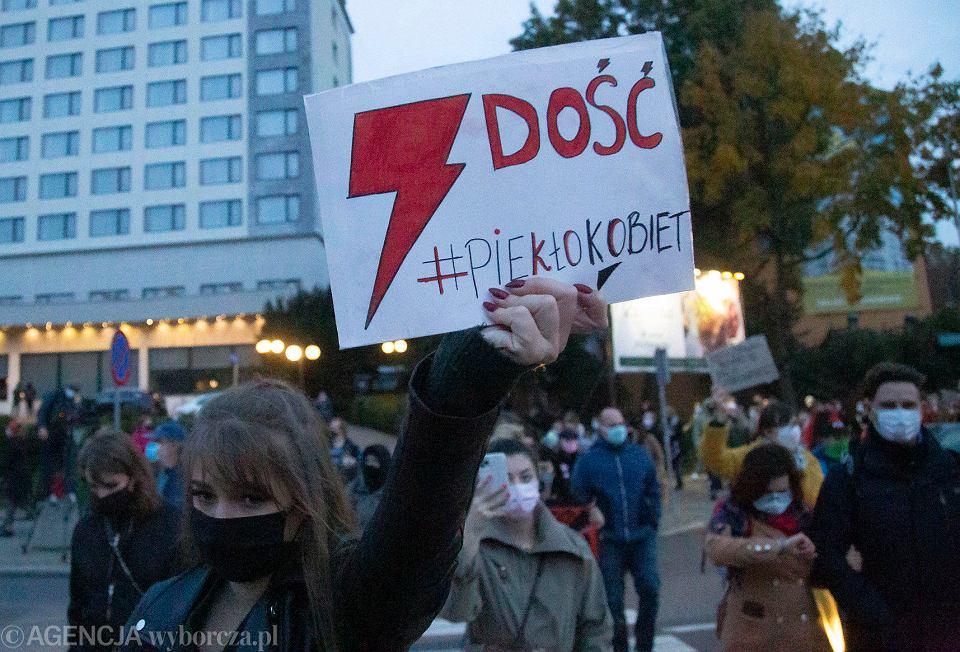 Strajk kobiet. Około półtora tysiąca w większości młodych ludzi zablokowało ruch w centrum Białegostoku.