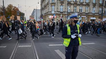 26.10.2020. Policja na strajku kobiet w Łodzi, gdy protestujący blokowali ulice. Tak wygląda sprzeciw łodzian wobec wyroku TK w sprawie aborcji