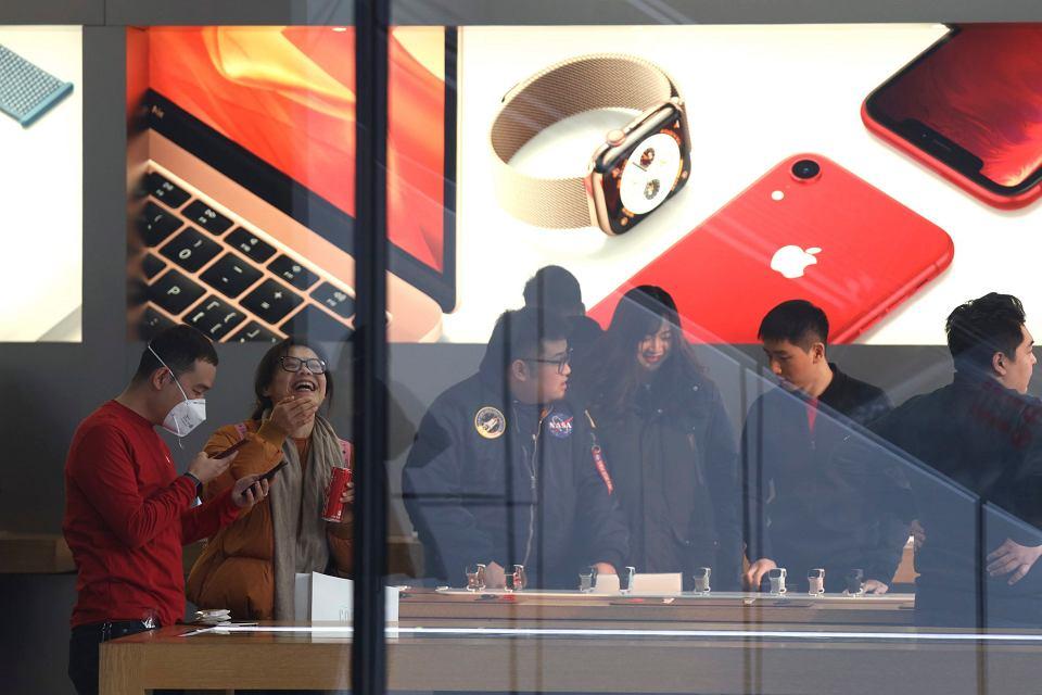 Klienci w sklepie Apple'a w Pekinie, styczeń 2019