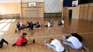 Dzieci podczas lekcji wychowania fizycznego (zdjęcie ilustracyjne)