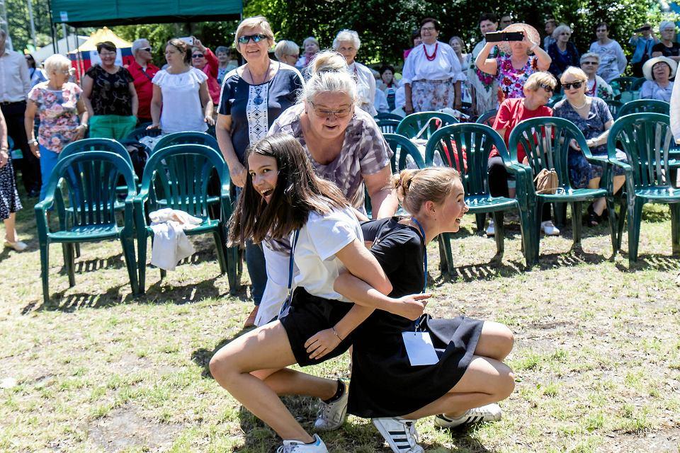 Seniorzy chętnie spędzają czas w otoczeniu młodzieży