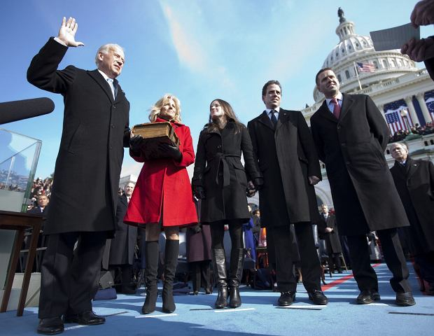 Joe Biden składa przysięgę, obejmując urząd wiceprezydenta USA. Obok niego od lewej strony: żona Jill, córka Ashley oraz synowie - Hunter i Beau