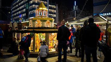 Na katowickim rynku otwarty został Jarmark Świąteczny. Można zrobić zakupy, napić się grzanego wina, posłuchać kolęd i pojeździć na łyżwach.