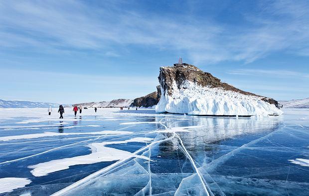 Zamarznięte jezioro przyciąga mnóstwo turystów (na zdjęciu przy lodowych skałach Horin-Irgi).