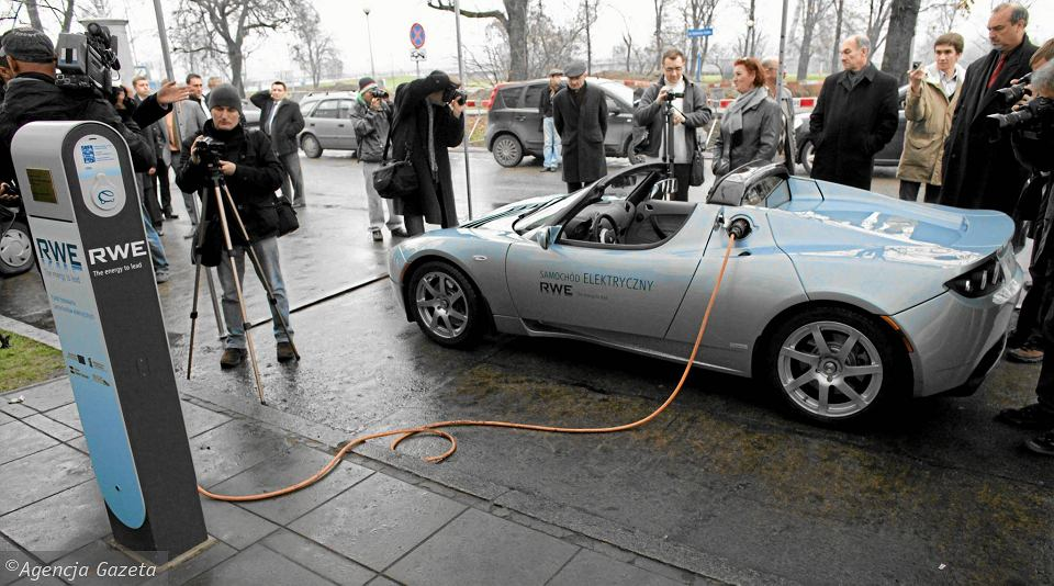 Samochód elektryczny firmy Tesla przy pierwszym punkcie ładowania samochodów elektrycznych w Warszawie (listopad 2009 r.)
