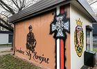 """""""Śmierć wrogom ojczyzny"""" znika z muralu na sklepie. Mieszkańcy zaprotestowali przeciw mowie nienawiści"""