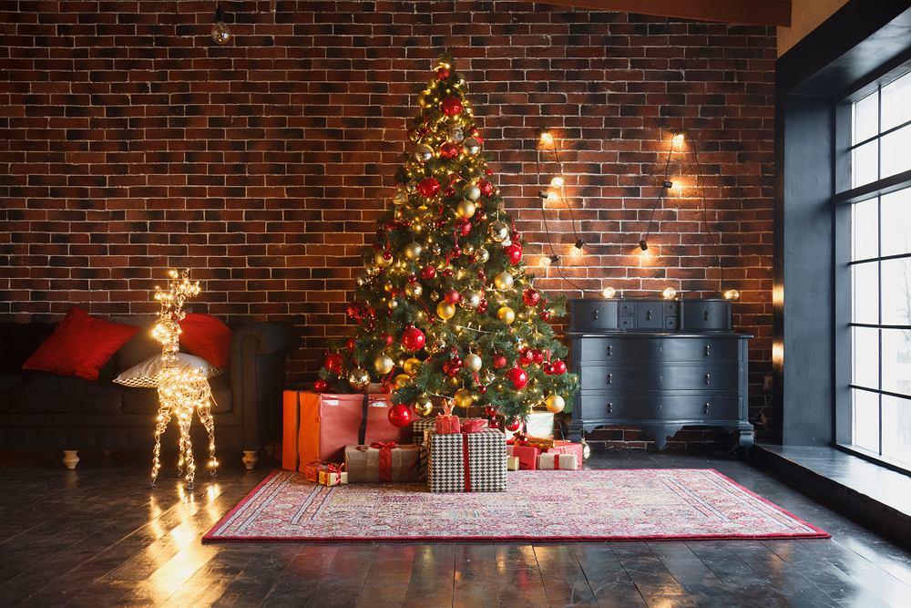 Choinka i dekoracje świąteczne. Zdjęcie ilustracyjne