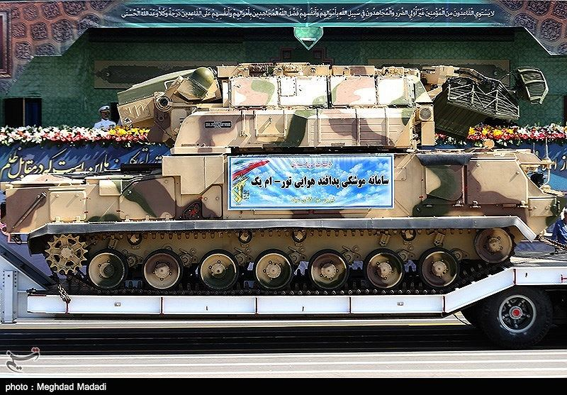 Irańska wyrzutnia systemu Tor na paradzie w Teheranie. Radary złożone