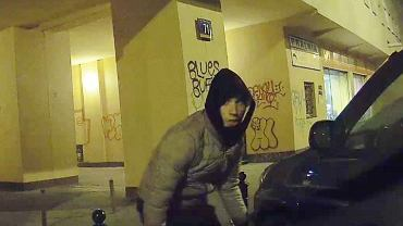 Policja udostępniła wizerunki osób podejrzewanych o kradzież opon