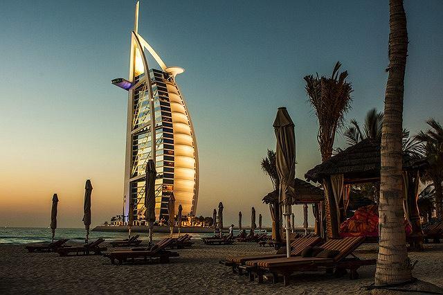 Burdż al-Arab, Wieża Arabów - wieżowiec, jeden z najwyższych i najbardziej luksusowych hoteli na świecie