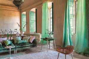Pomysły na dekoracje okien w salonie. Co wybrać - firany, zasłony, a może coś innego?