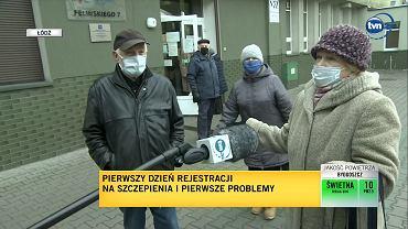 Seniorzy przed punktem szczepień w Łodzi - nie wszystkim udało się zapisać.