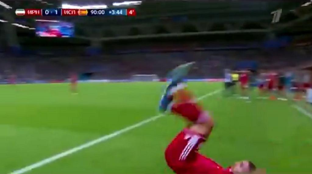 Piłkarz Iranu wykonujący aut podczas meczu Iran-Hiszpania