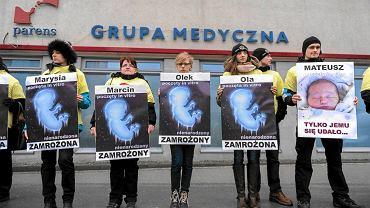 Pikieta przeciwko metodzie in vitro zorganizowana przez fundację Pro - Prawo do Życia  przed Centrum Leczenia Niepłodności 'Pares'. Rzeszów, 11 lutego 2015 r.