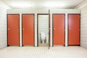 """W publicznej toalecie załatwiasz się """"na Małysza""""? Szkodzisz zdrowiu bardziej niż siadając na desce"""