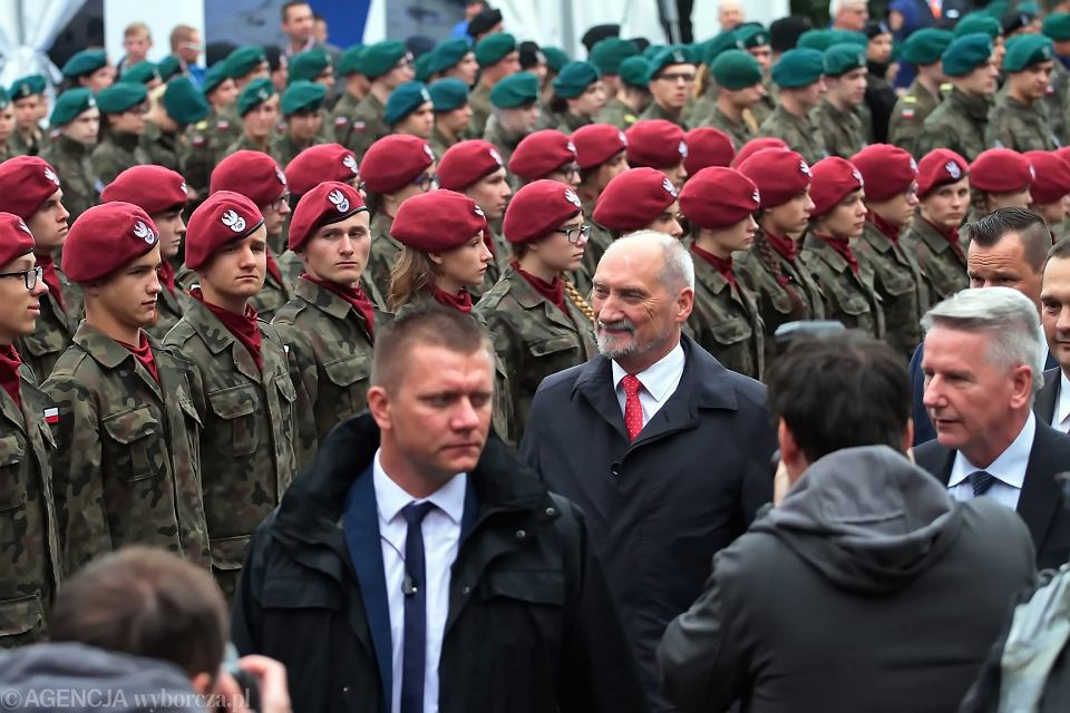 Minister obrony w rządzie PiS Antoni Macierewicz z gospodarską wizytą na 25. Międzynarodowym Salonie Przemysłu Obronnego. Kielce, 5 września 2017
