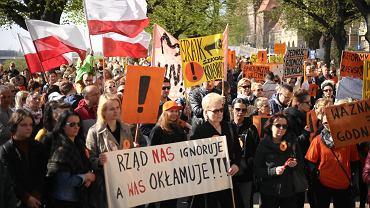Manifestacja nauczycieli przed Urzędem Wojewódzkim