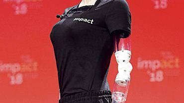 Sophia jest humanoidalnym robotem, którego obdarzono sztuczną inteligencją. Dzięki niej może się uczyć i dostosowywać do ludzkich zachowań
