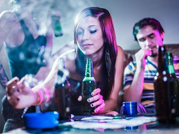 Spotyka się z kimś, kto kiedyś brał narkotyki