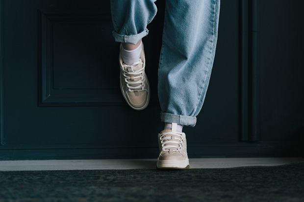 Slouchy jeans na sportowo