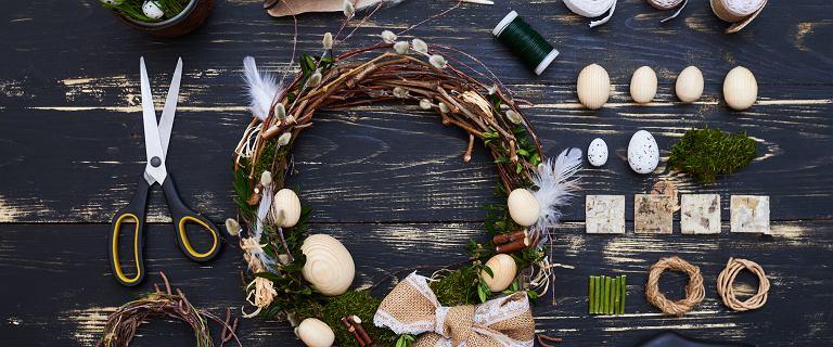 Piękne dekoracje wielkanocne: pisanki, króliki, stroiki na stół i okno