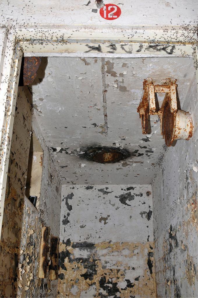 Wnętrze bunkra i nietypowy kopiec