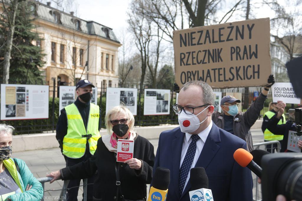 Rzecznik Praw Obywatelskich Adam Bodnar w drodze na rozprawę TK w swojej sprawie. Warszawa, 12 kwietna 2021