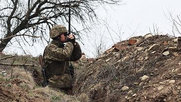 Ukraiński żołnierz obserwujący pozycje separatystów (zdjęcie ilustracyjne)