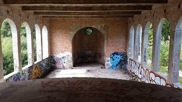 Wnętrze kaplicy lub sali balowej
