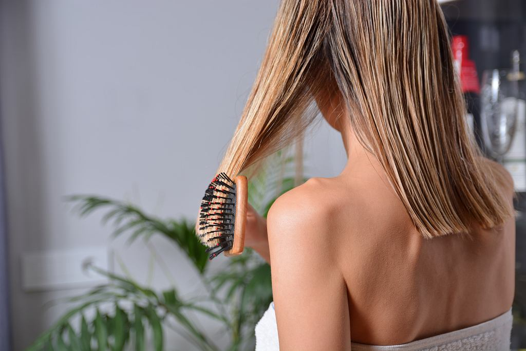 <Attractive,Girl,With,Comb,Brushing,Her,Wet,Blonde,Hair,After