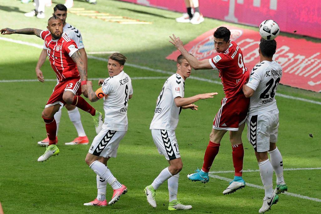Robert Lewandowski w walce z piłkarzami Freiburga