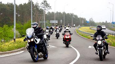 Rajd Motocyklowy Weteranów. Żołnierze na motocyklach odwiedzają na cmentarzach groby poległych na międzynarodowych misjach żołnierzy