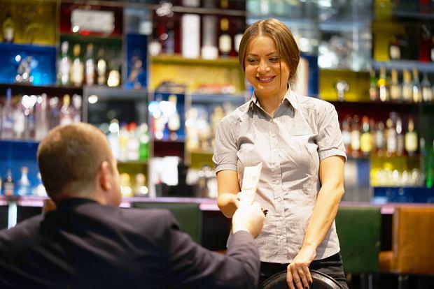 Zdaniem specjalistki napiwki należą się za profesjonalizm w podejściu do klienta