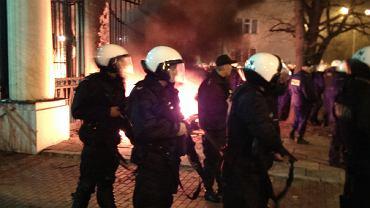 """Główne wejście do ambasady od strony ul. Belwederskiej zabezpieczały oddziały policji. Policja wezwała do """"zachowania zgodnego z prawem"""" i wzywa osoby postronne, w tym dziennikarzy, do opuszczenia miejsca zgromadzenia"""