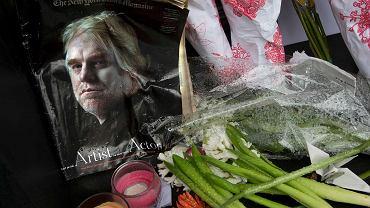 Fani składają kwiaty i zdjęcia przy wejściu do apartamentowca, w którym mieszkał zmarły Philip Hoffman