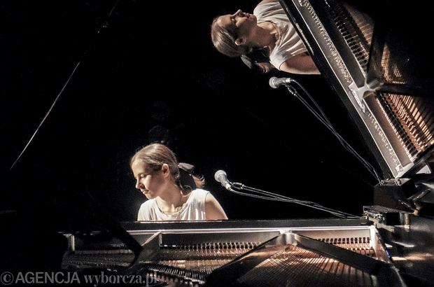 """Hanna Raniszewska, ukrywająca się pod pseudonimem Hania Rani, była dzisiaj gościem w """"Dzień Dobry Wakacje"""". Kim jest utalentowana pianistka, która właśnie rusza w jedną z największych tras koncertowych?"""