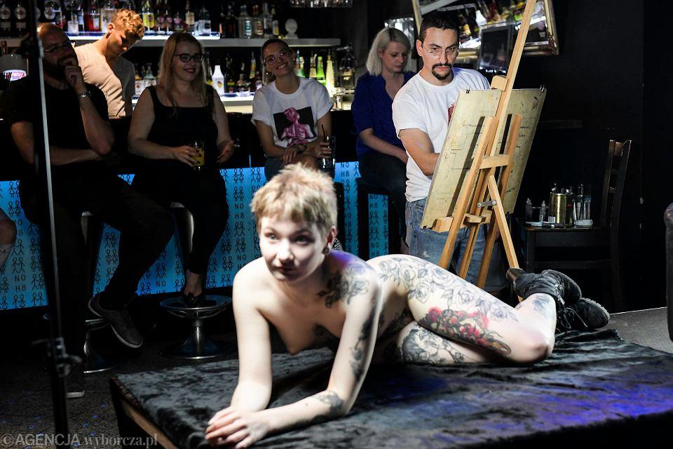 Jan Kowalewicz malował akt na festiwalu LGBT