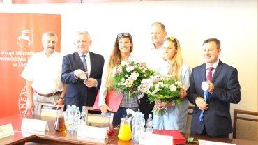 Od lewej: Krzysztof Iwańczuk (prezes Wojewódzkiego Związku Piłki Siatkowej w Lublinie), Sławomir Sosnowski (marszałek województwa), Kinga Kołosińska, Monika Brzostek, Jacek Rutkowski (AZS UMCS TPS) i Krzysztof Grabczuk (wicemarszałek województwa).