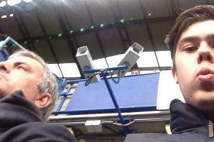 Premier League. Mourinho odesłany na trybuny, zdjęcie z kibicem hitem Twittera