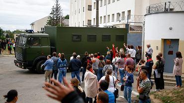 Pod aresztami przez cały czas protestów koczowali bliscy zatrzymanych. Wczoraj na rozkaz władz uwolniono znaczną część aresztowanych podczas protestów