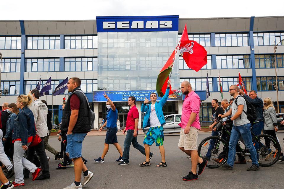 Protest przeciwko sfałszowanym wyborom prezydenckim przed fabryką samochodów ciężarowych BiełAZ w Żodzinie